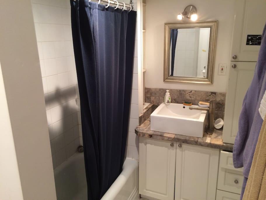 La salle de bain, avec vraie baignoire