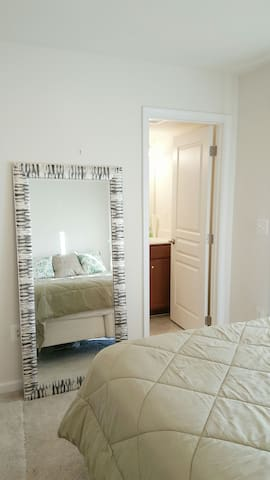Luxury on a budget!! Private Bed and Bath Suite! - Manassas - Huis