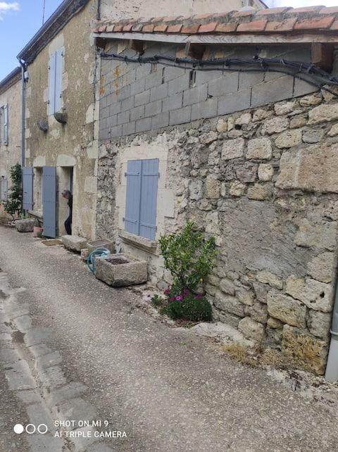 Maison de campagne au cœur du village de Larroque