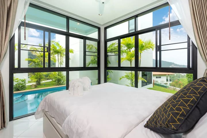 Guest Bedroom!  Large Queen Size Bed  Swimming Pool View  Ensuite with Shower  Toiletries