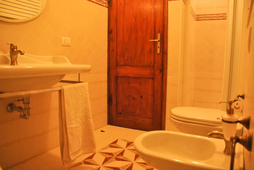 bagno con doccia / bathroom with shower