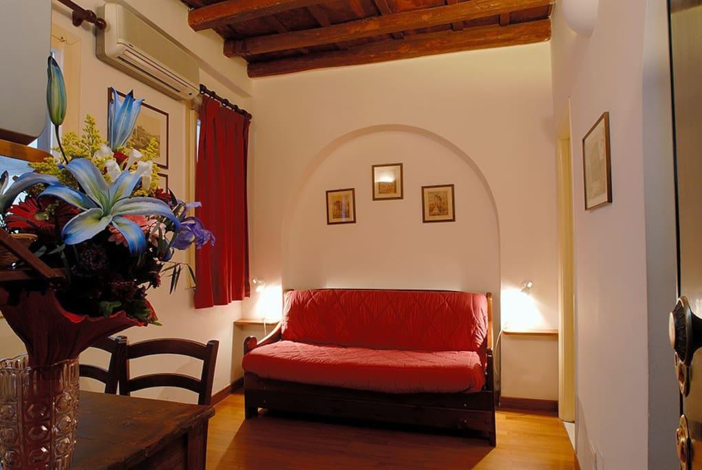 cozy studio in monti area near colosseum appartements louer rome latium italie. Black Bedroom Furniture Sets. Home Design Ideas
