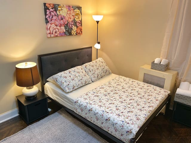 Cozy room in quiet neighborhood close to JFK & LGA