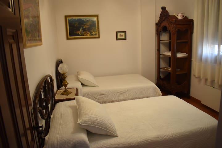 Casa Pedro. Habitación 2 camas. Baño compartido. 1