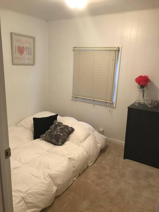Bedroom w/full air mattress