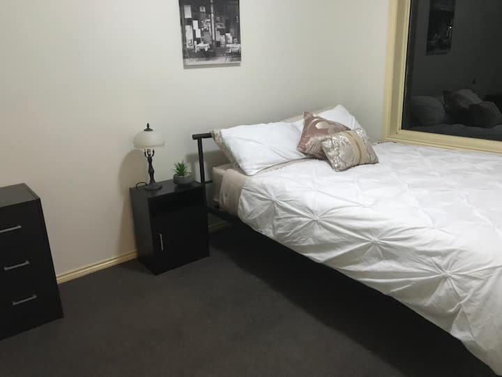 ** 5 Mins from The Airport ** Oasis of Tullamarine