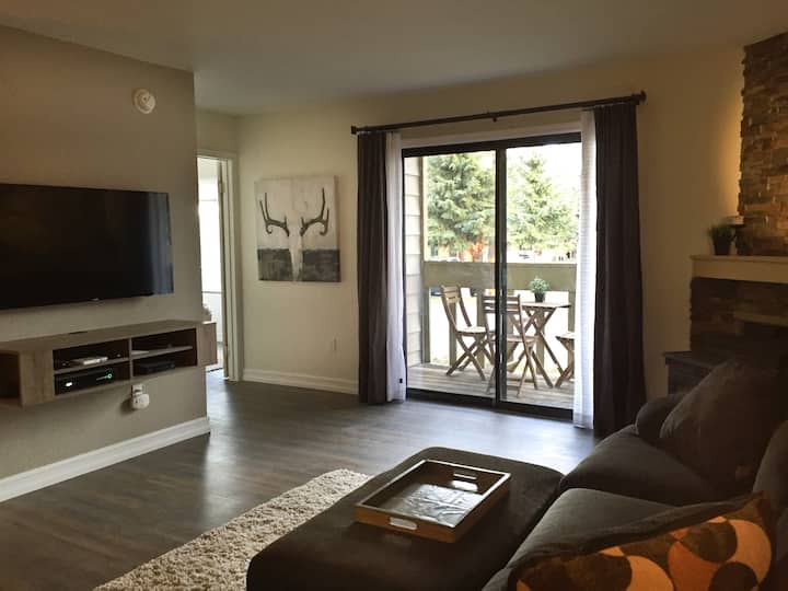 Mammoth Remodeled 2 Bd Condo- View, Pool & Spa!
