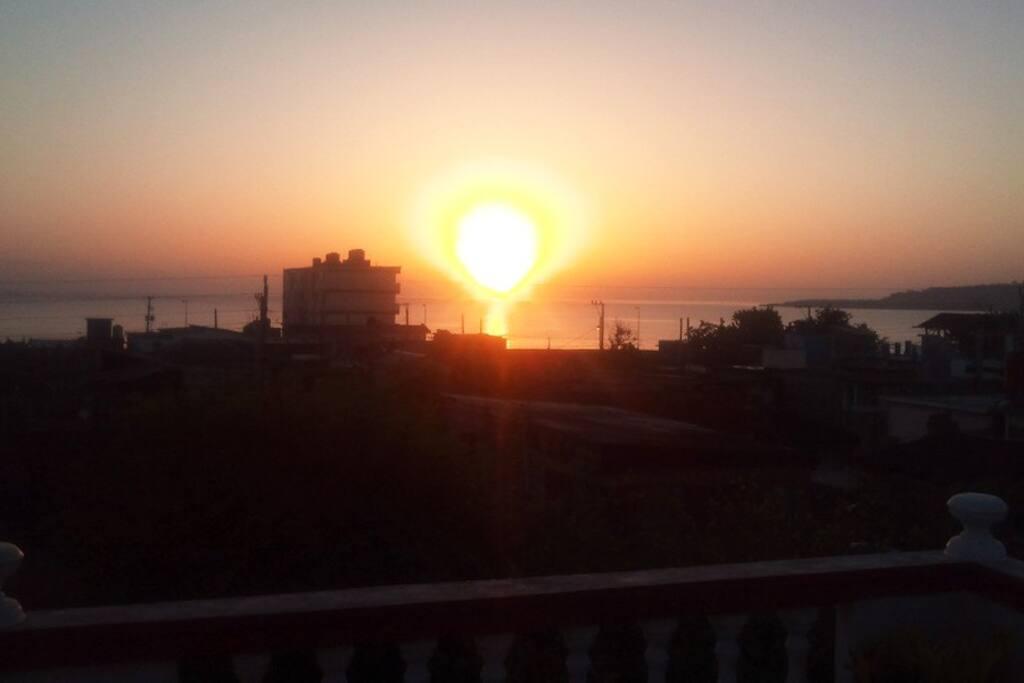Amanezca con una agradable vista de la salida del Sol en la ciudad... irrepetible!