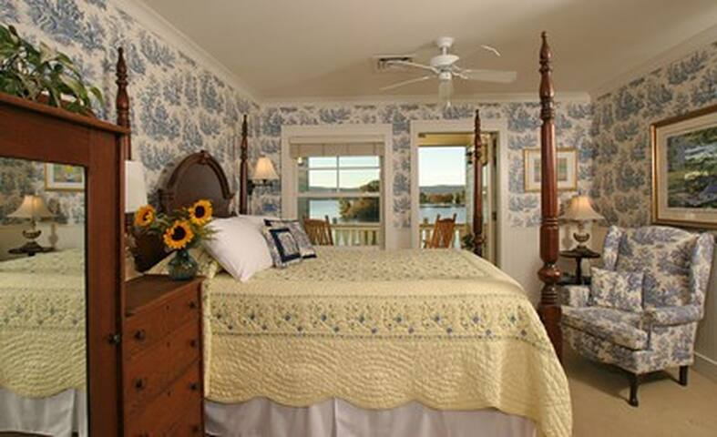 Sunny Queen Room at Luxury Lakefront Inn - Lake Hamilton - Boutique hotel