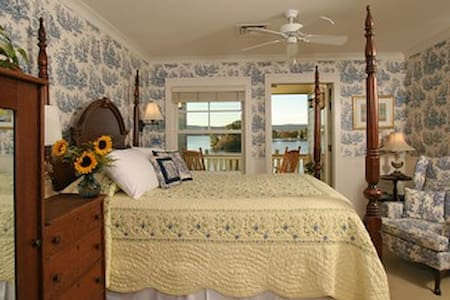 Sunny Queen Room at Luxury Lakefront Inn - Lake Hamilton - Boutique-hotelli