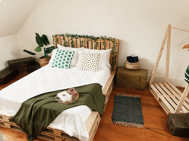 ☽ Oh LALA 6 ☽ Cozy attic room, 3' to Central Stt