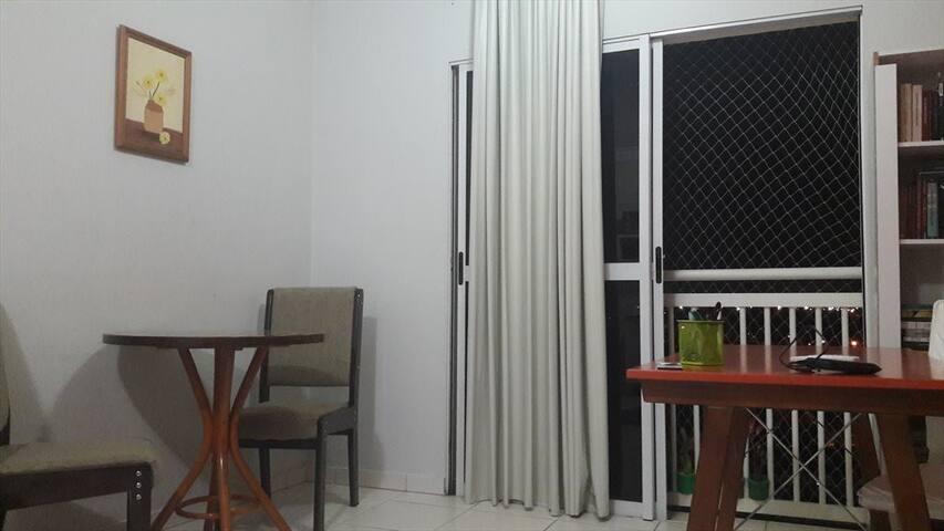 Apartamento bem localizado, com quarto/banhe. priv