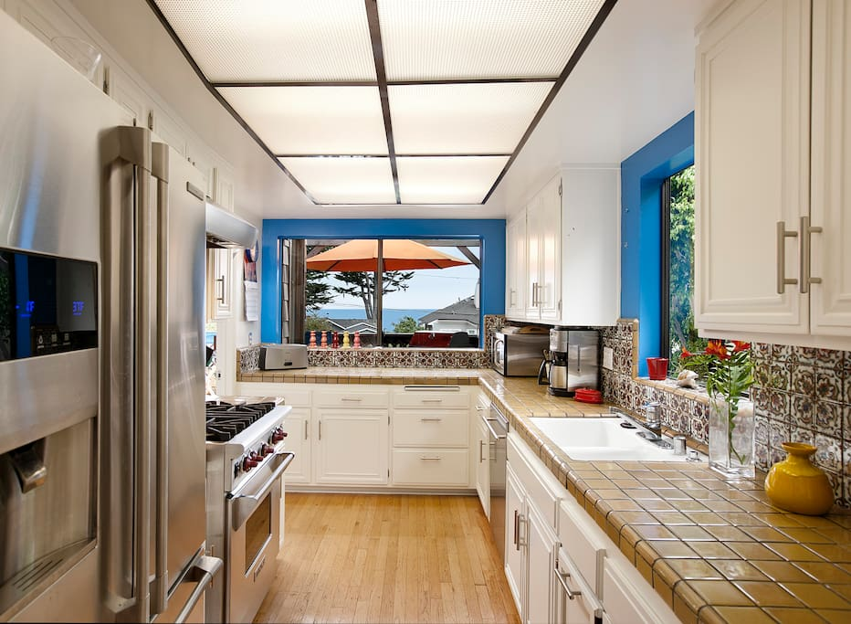 Beautiful open kitchen, great for cooking. All Viking Appliances.