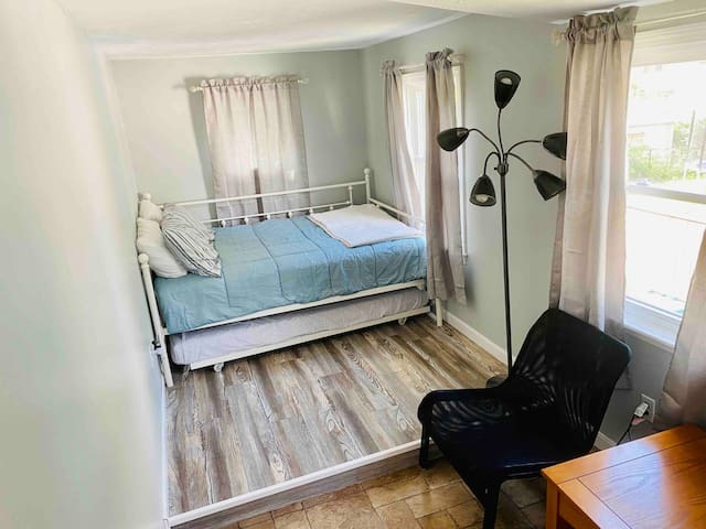 2nd bedroom: full size with twin trundle