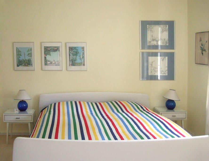 Großes, komfortables Bett