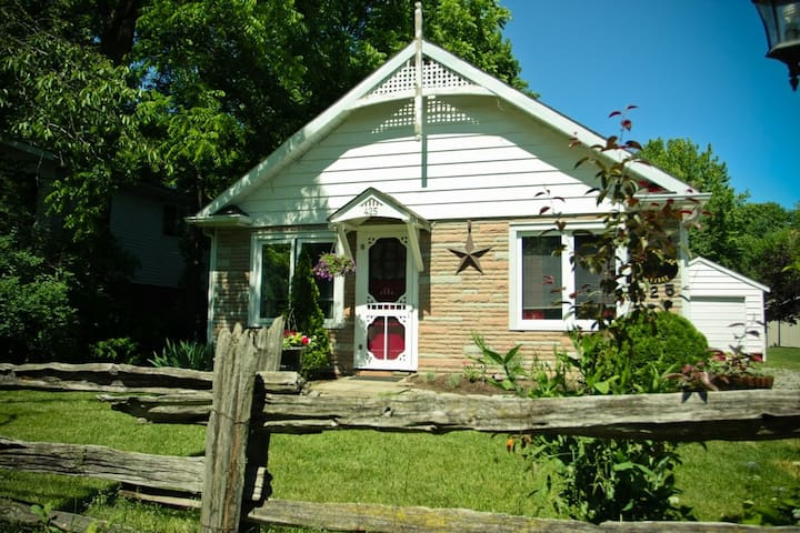 A Doll House Cottage in Old Town - Niagara-on-the-Lake - Rumah
