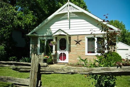 A Doll House Cottage in Old Town - Niagara-on-the-Lake
