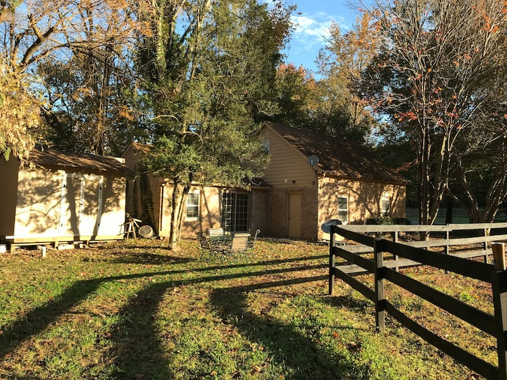 Quaint Cottage, on 14 acre horse farm.