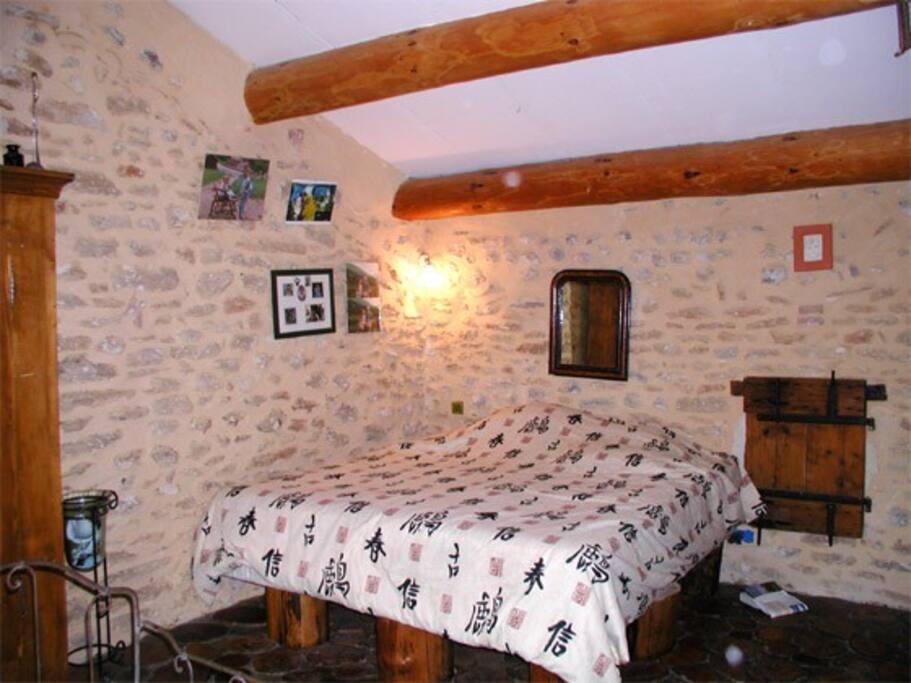 Chambre aux rondins à l'étage