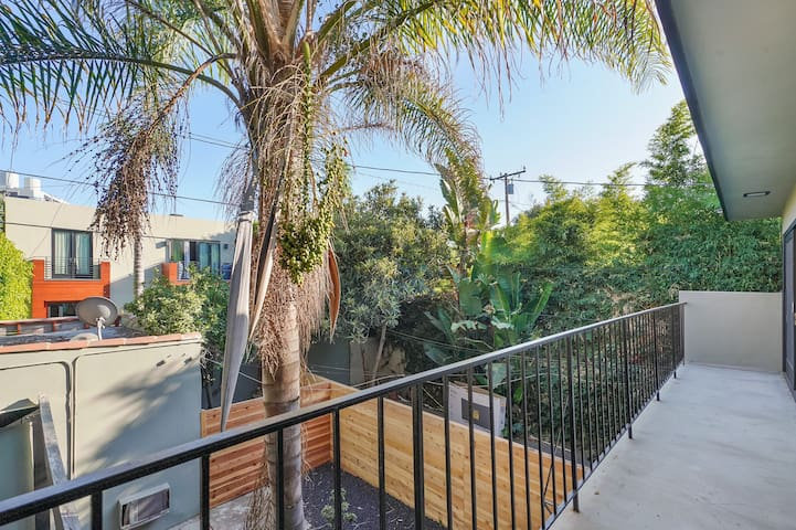 Private walkable 2-story in prime weho
