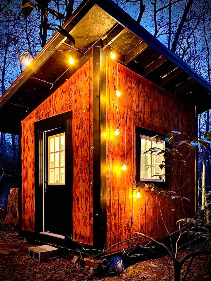 COZY CABIN PERFECT FOR GLAMPING.....WIFI/FIRE PIT!
