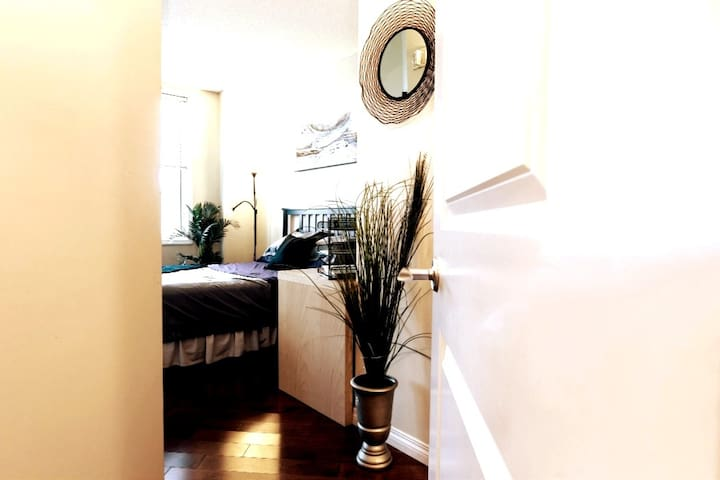 Downtown~PRIVATE Room & Ensuite~Modern Condo