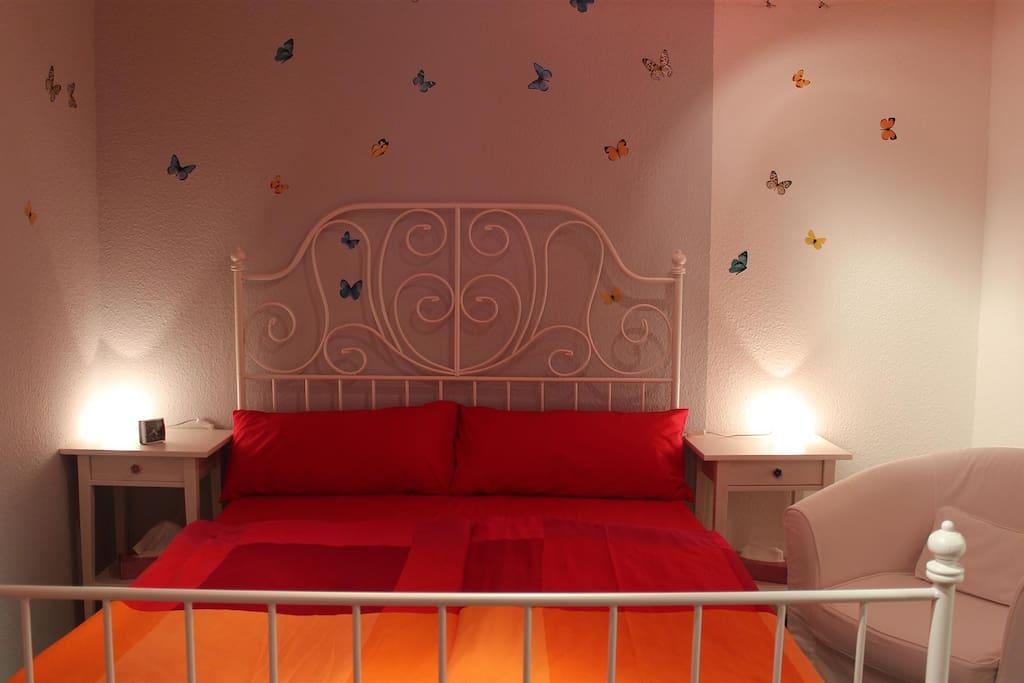 Schlafzimmer mit 1,40-er Bett und (nicht im Bild) Schlafzimmerschrank