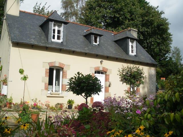maison reposante et fleurie - Plouguiel - Dům