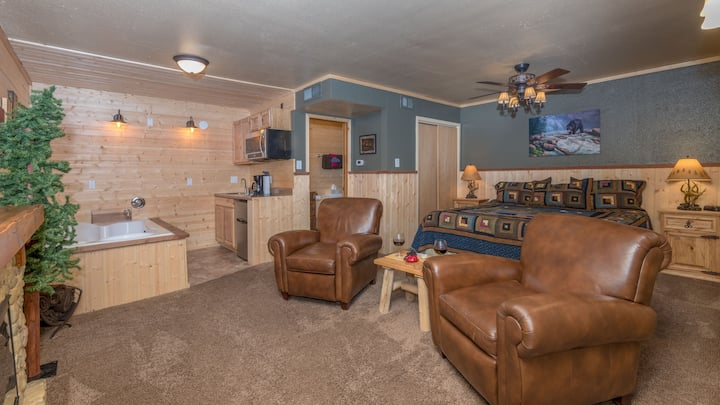 """Upper Canyon Inn & Cabins - """"Lodge 3"""" - Romantic Whirlpool Suite with Fireplace"""