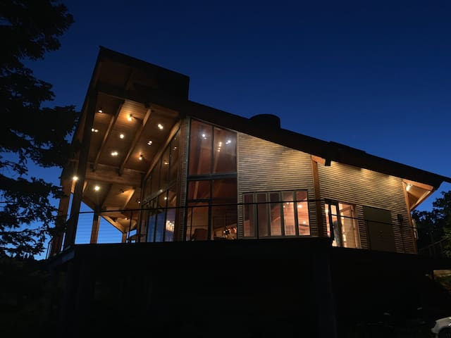 Luxury Private Cabin. Spectacular setting!80 acres
