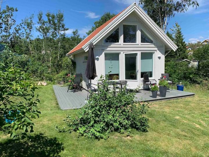 Sunny guest house in garden - Grebbestad