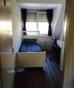 1ps comfortable bedroom nice quiet neighborhood. - Hoofddorp