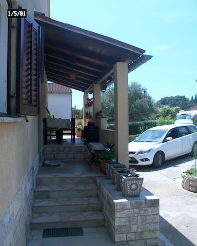 Il cortile col parcheggio e l'entrata principale