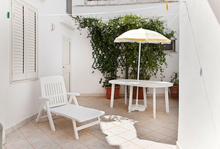 Single-family house near Gallipoli with patio (b)
