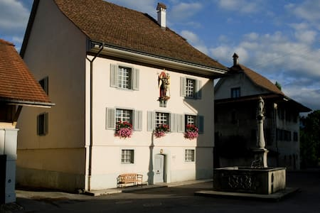 Ancient Priest House from 1563 - Beromünster - 家庭式旅館