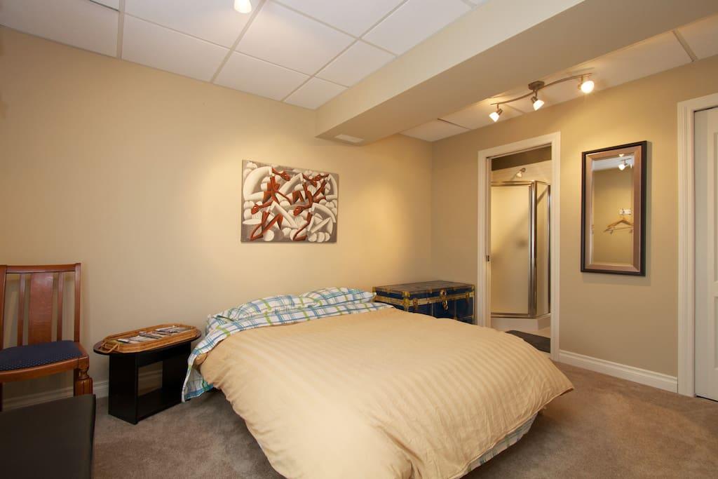 Guest bedroom - queen size bed with ensuite bathroom!