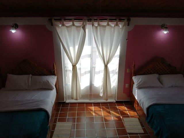Vista de las dos camas separadas por un balcón (2 habitación)
