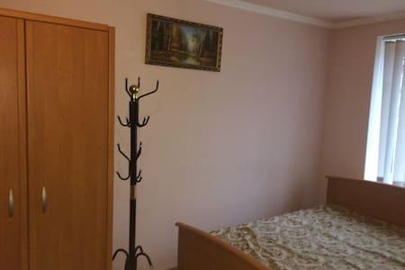 дом с номерами в самом центре - Kryvyi Rih - Villa