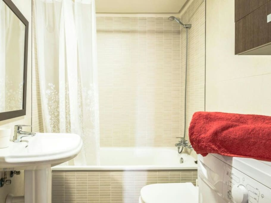 baño equipado con toallas y champú