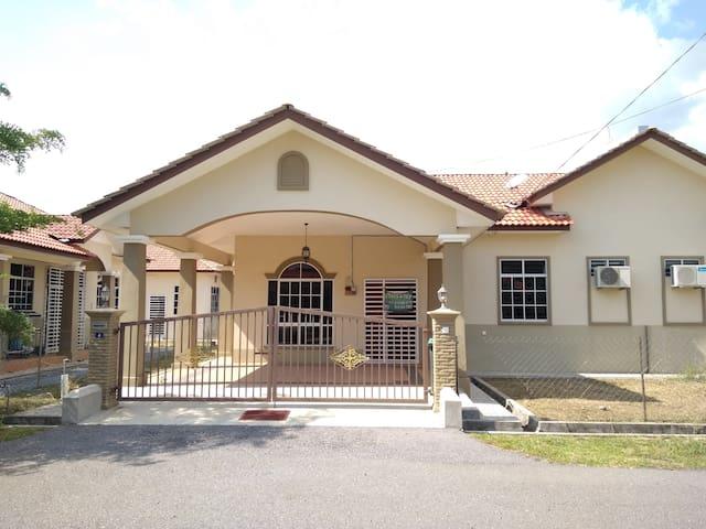 Farez Homestay - Kangar - House