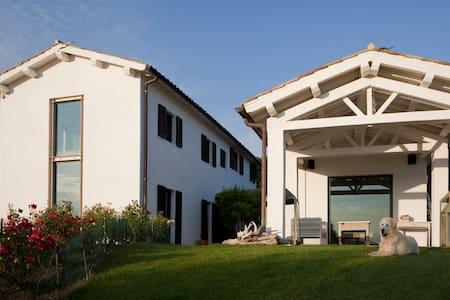 Room type: Entire home/apt Property type: Villa Accommodates: 11 Bedrooms: 5 Bathrooms: 4