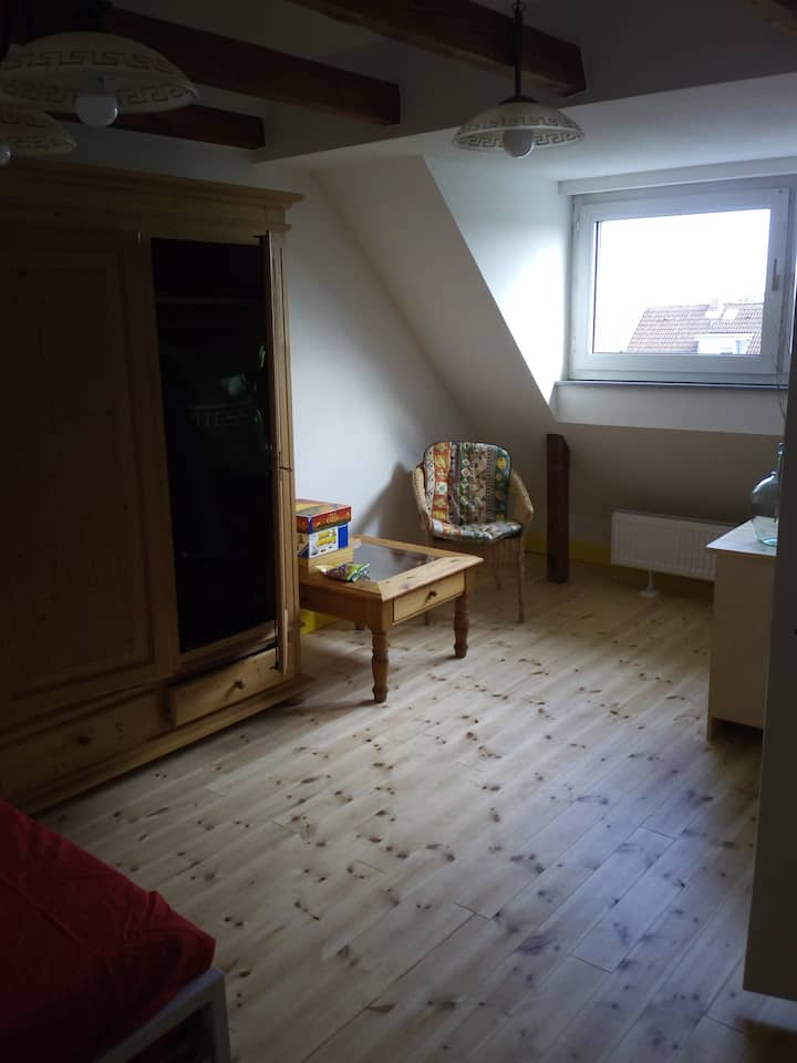Internationales Haus Zimmer 6 gemütliche Holzdiele