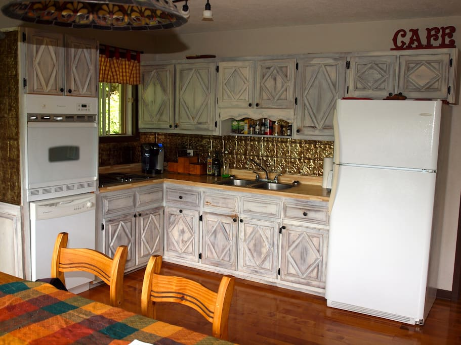 Kitchen facilities, Keurig coffee machine (refill included) and dishwasher.