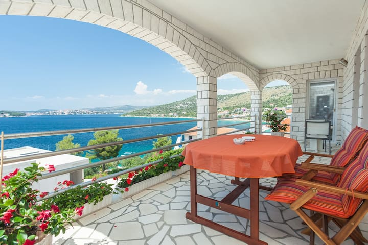 Seaview apartment 3 with beach path