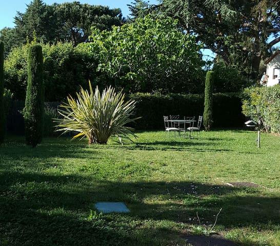 Chambre dans villa au calme à Antibes La Fontonne