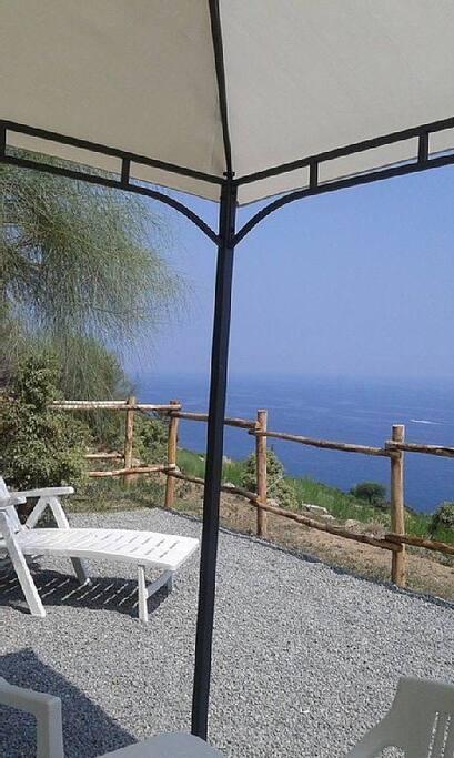 a pochi metri dalla casa una terrazza dove mangiare e prendere il sole