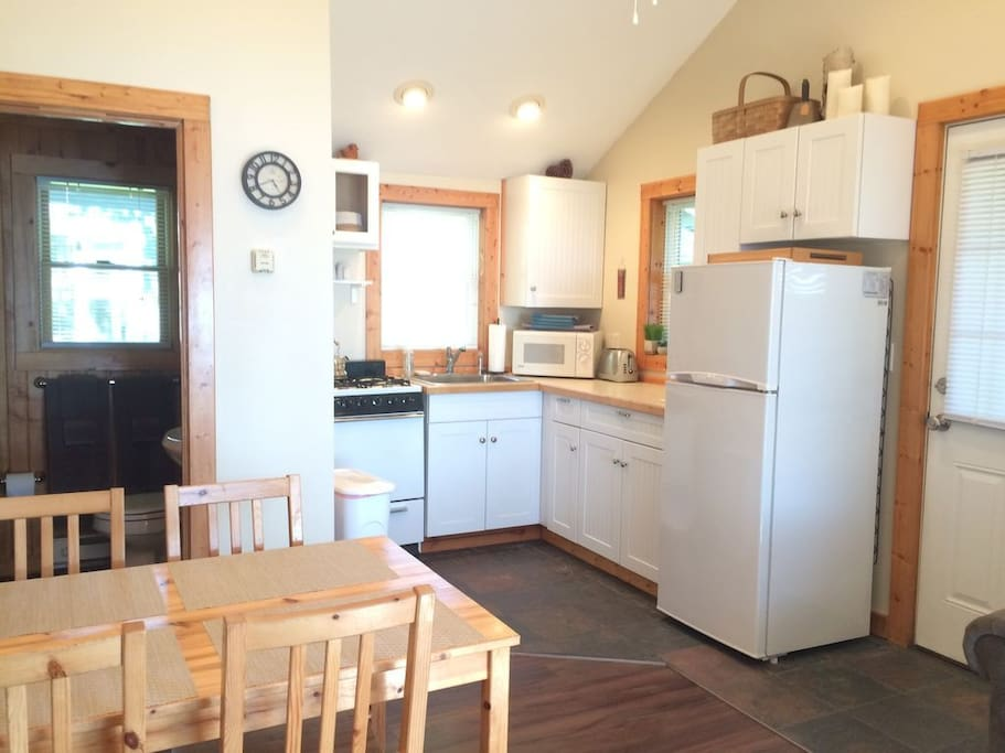 Fully equipped kitchen (dishes, silverware, cookware, coffeemaker, microwave, etc.)