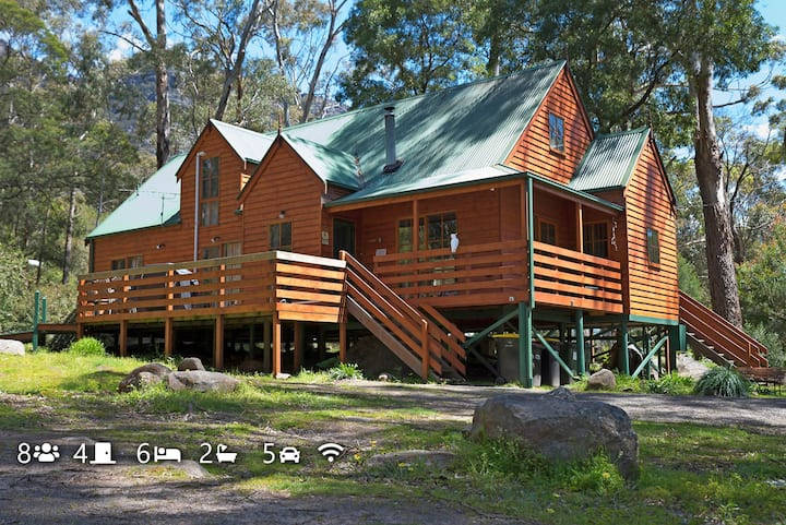 Pinnacle Loft cedar chalet, Grampians, Halls Gap.