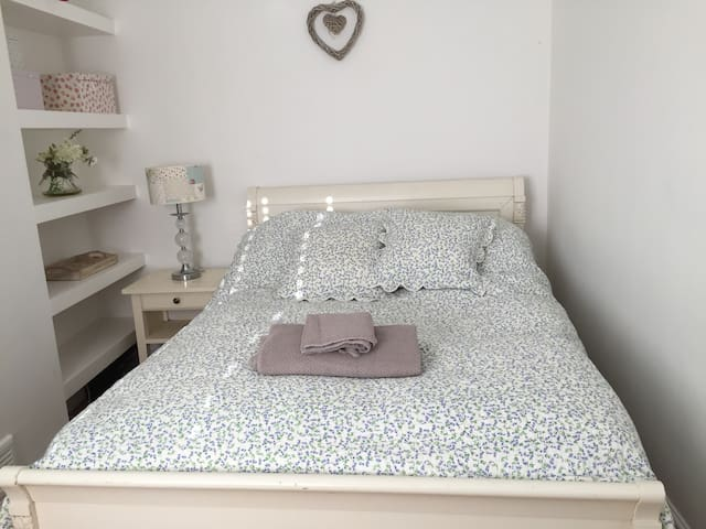 Cosy room in Hale,very quiet and close to airport - Hale - Casa