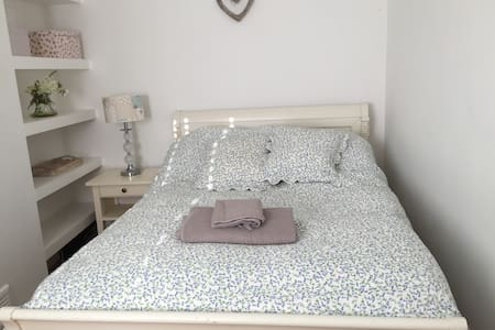 Cosy room in Hale,very quiet and close to airport - Hale - 獨棟